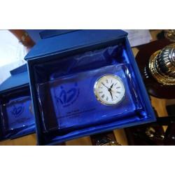 Stikla pulkstenis ar gravējumu